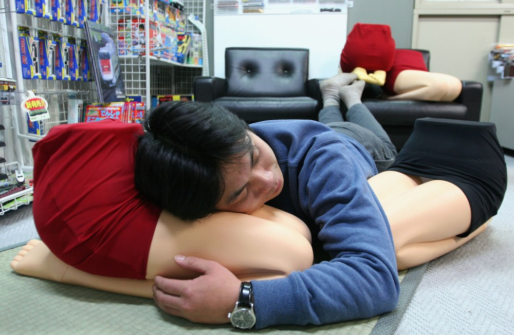 """Hizamakura"", Or Lap Pillow Introduced In Japan"
